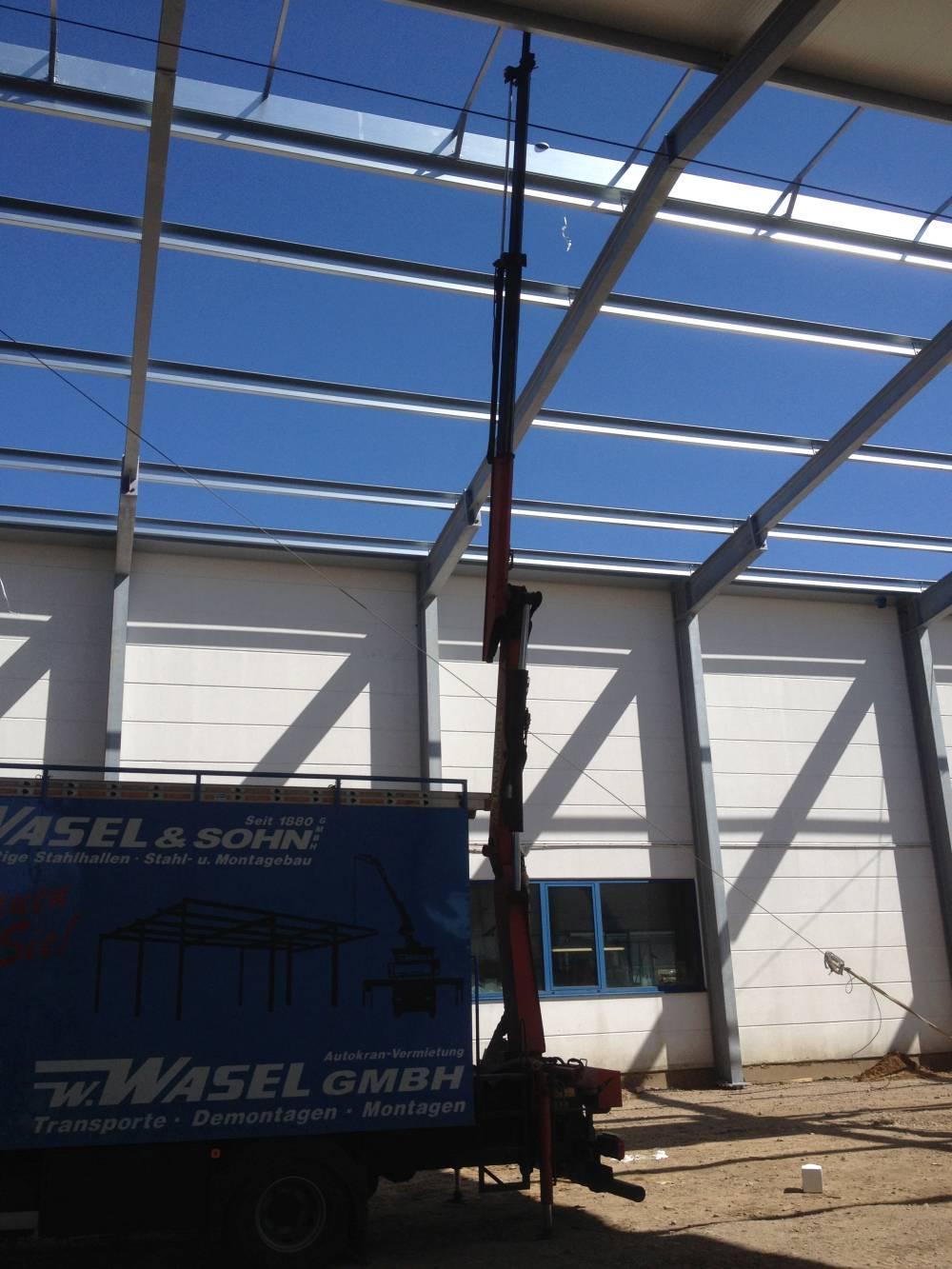 Stahlhalle Montage hier Anbaukran LKW als Befestigung für Personen ...