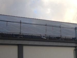 Seitliche Absperrung per Netz an Dachrand